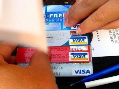 البنوك السعودية توضح تكلفة إصدار بطاقة صراف آلي إضافية