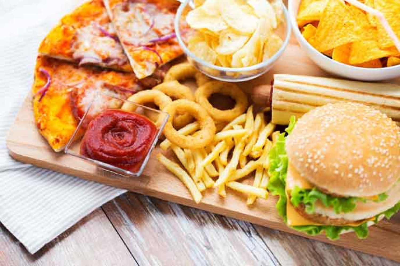 دراسة تحذر: الأطعمة الغنية بالدهون تسبب مرضاً يهدد حياة الإنسان