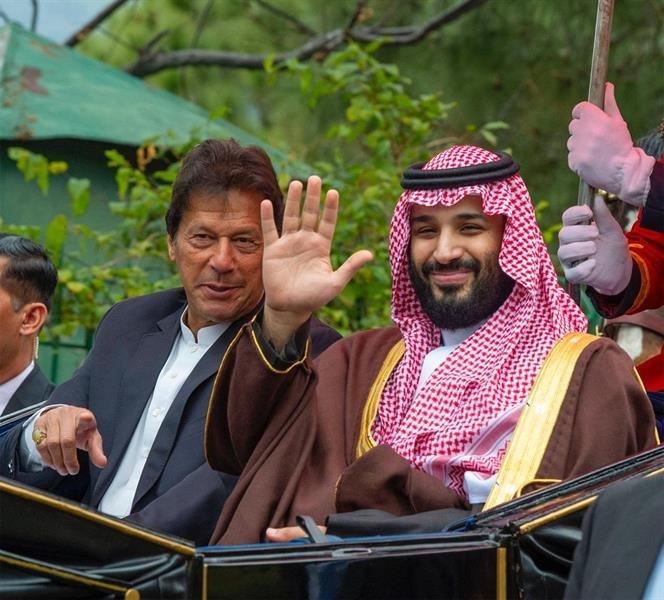 شاهد.. رئيس الوزراء الباكستاني يصطحب ولي العهد في عربة تجرُّها الخيول في جولة بإسلام آباد