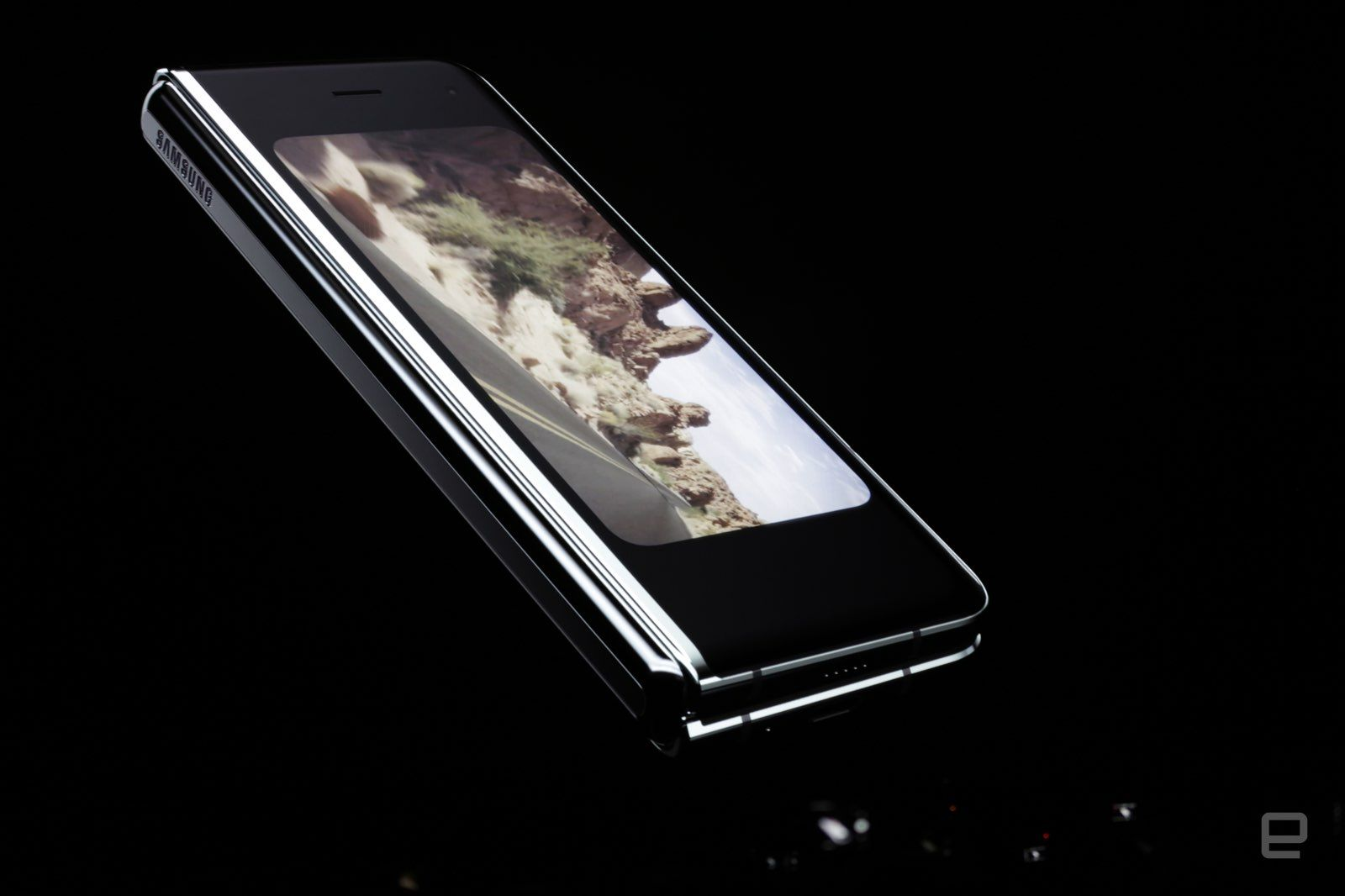 Galaxy Fold .. جديد سامسونج القابل للطي بـ6 كاميرات وهذا السعر!