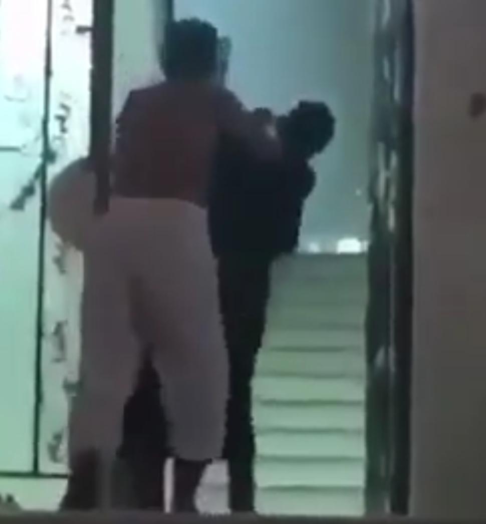 أمير منطقة مكة بالنيابة يوجه بالقبض على رجل ظهر في هذا المقطع المتداول #رجل_يعتدي_علي_امراه_بمكه