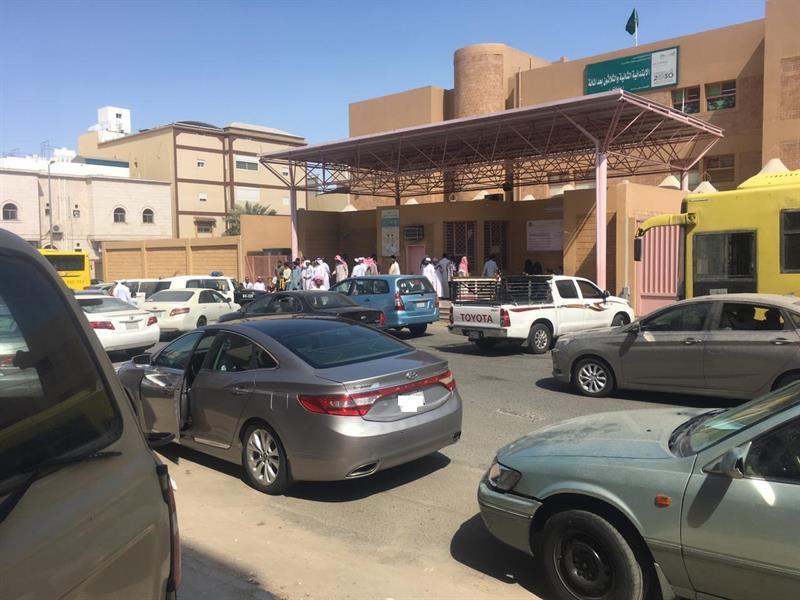 """""""شرطة مكة"""" تسيطر على رجل خلع ملابسه وحاول اقتحام مدرسة بنات"""