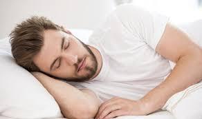 5 أطعمة تساعدك على النوم بشكل أفضل