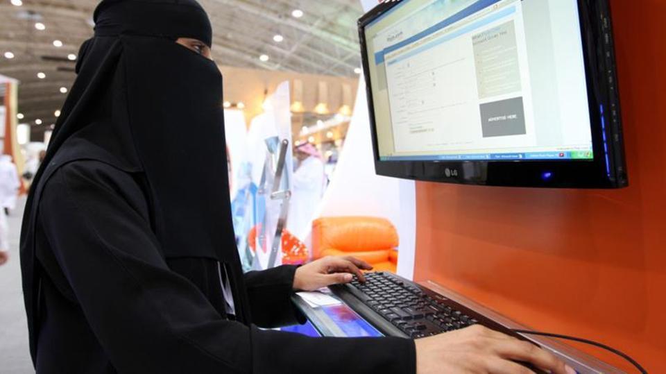 """""""العمل"""" تؤكد على عدد من الضوابط لحفظ كرامة المرأة أثناء أداء عملها"""