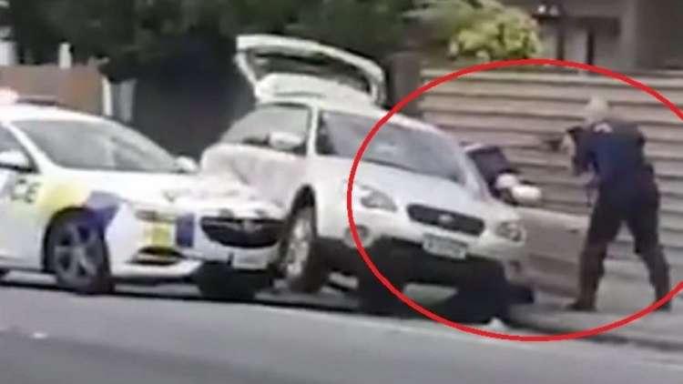 شاهد.. شرطي شجاع يقبض على منفذ مجزرة المسجدين في نيوزيلندا!