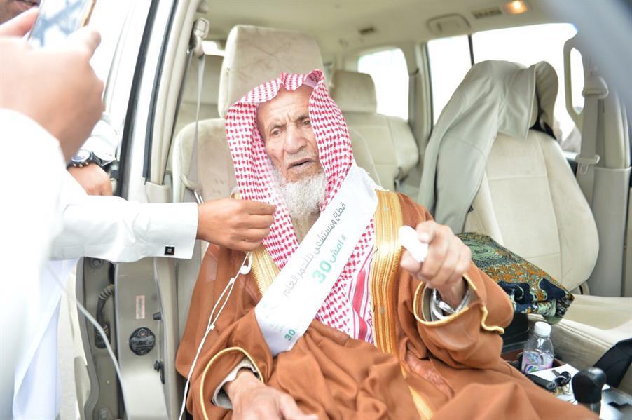 """مُسن عمره 100 عام يشارك في فعالیة """"امش 30"""" بعسير"""