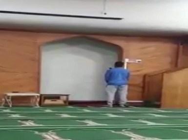 بالفيديو.. المواطن الناجي من حادث نيوزيلندا يرفع أذان صلاة الجمعة بالمسجد