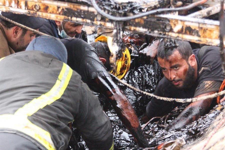 إرهاق وكفاح.. صور لافتة تلخص مهمة الـ5 ساعات لإنقاذ راعي الأغنام الذي سقط في مستنقع إسفلت سائل