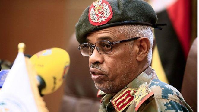 من هو وزير الدفاع السوداني عوض بن عوف الذي أعلن عزل البشير؟