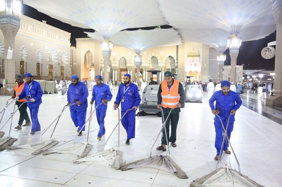 شاهد.. أعمال مكافحة الحشرات المهاجرة في المسجد النبوي
