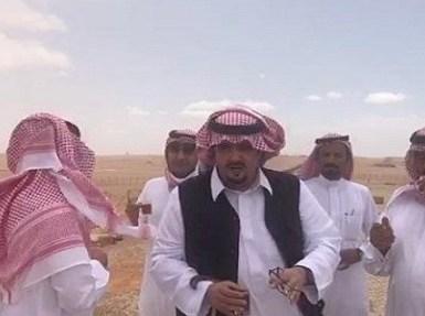 """بالفيديو.. عبدالعزيز بن فهد متفقدا مزرعته بعد الأمطار: """" لا تردون أحد من الناس """""""