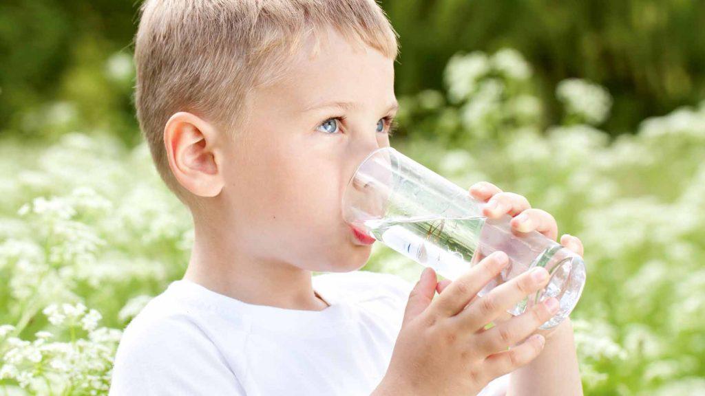 لهذه الأسباب شجعوا أطفالكم على شرب الماء