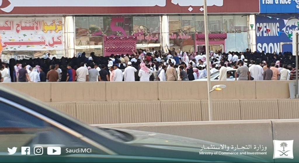 صور.. تدافع وازدحام أمام منشأة أعلنت عن تخفيضات بالرياض