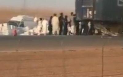 اندلاع النيران بشاحنة على طريق الرياض السريع.. وهكذا تفاعل المارة (فيديو)
