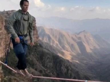 بالفيديو.. مشاهد تحبس الأنفاس لمغامر يسير على حبل بين جبال الحبلة بأبها