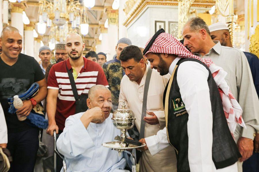 لقطات من أعمال تبخير المسجد النبوي وتطييب زُواره