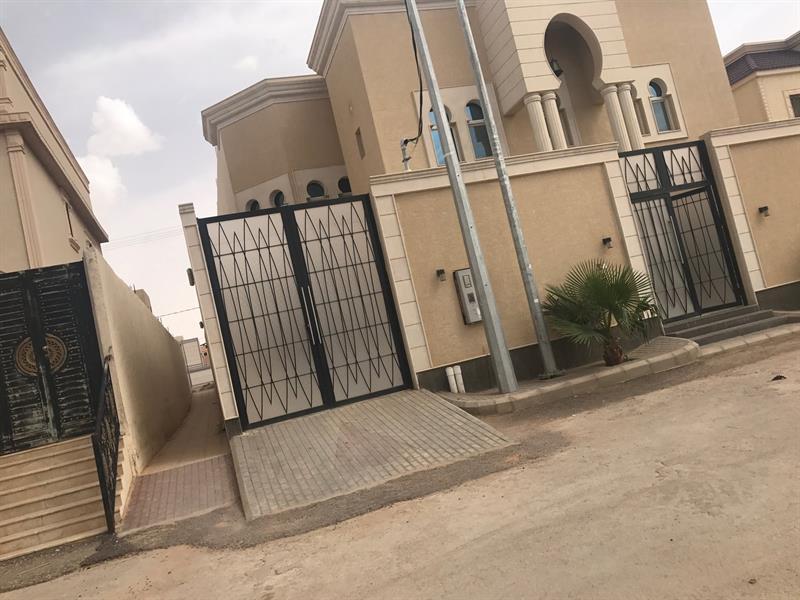 مواطن يقتطع من مساحة منزله ويفتح ممراً لتسهيل وصول بعض سكان الحي للمسجد (صورة)