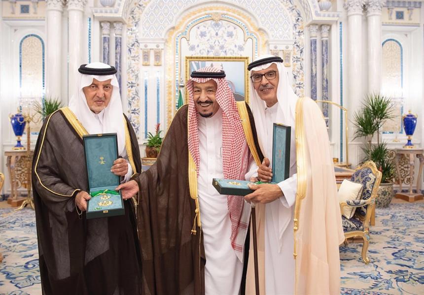خادم الحرمين يمنح الأميران خالد الفيصل وبدر بن عبدالمحسن وشاح الملك عبدالعزيز