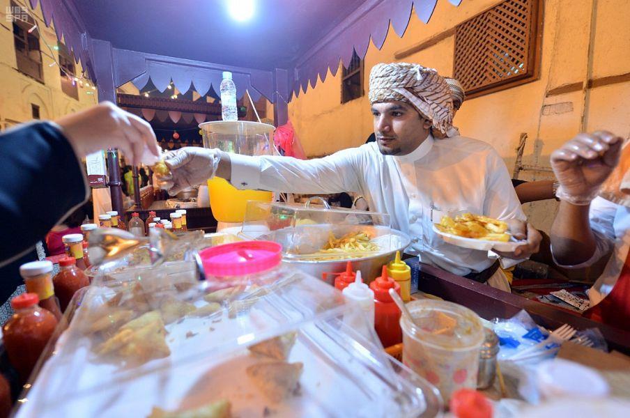أهمها السمبوسة واللقيمات والسوبيا.. مأكولات ومشروبات رمضان تشعل التنافس بين شباب جدة