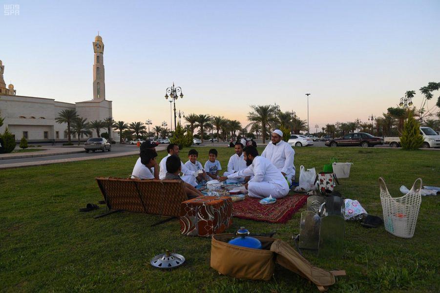 الأجواء المعتدلة تشجع أهالي تبوك على تناول الإفطار في المتنزهات (صور)