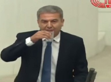 شاهد مهزلة في البرلمان التركي.. نائب يشرب في نهار رمضان وأخر: تركيا ليست مسلمة