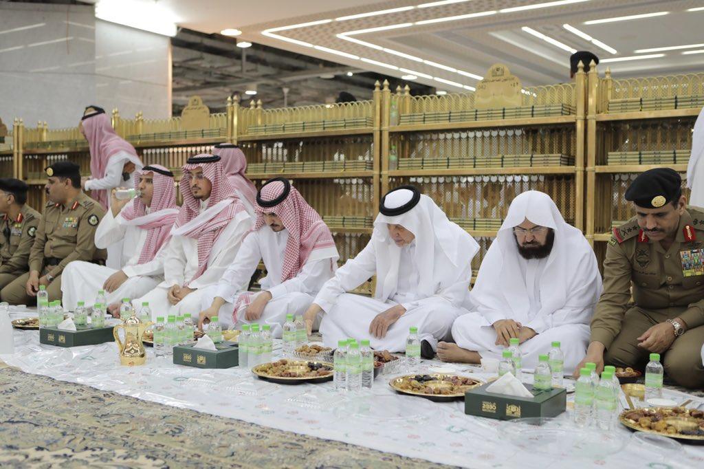 صور.. أمير مكة ونائبه يشاركان رجال الأمن طعام الإفطار في الحرم المكي