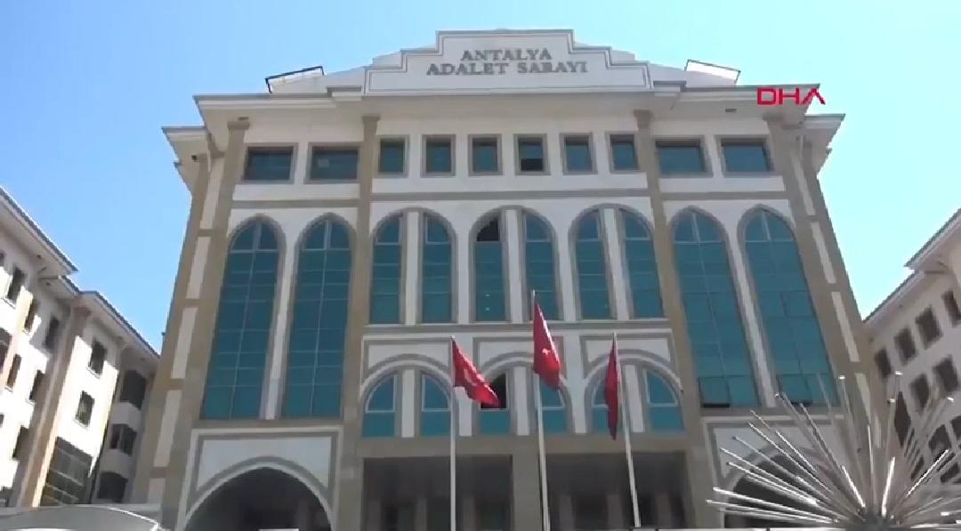 سيدة تركية تفقد صوابها بعد إفراج المحكمة عن مغتصب ابنتها ذات العاشرة من العمر