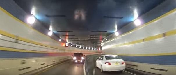 فيديو.. تصادم بالوجه داخل النفق والسائق مخموراً