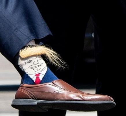 ردة فعل ترامب حينما رأى صورته على جوارب أحد المسؤولين!