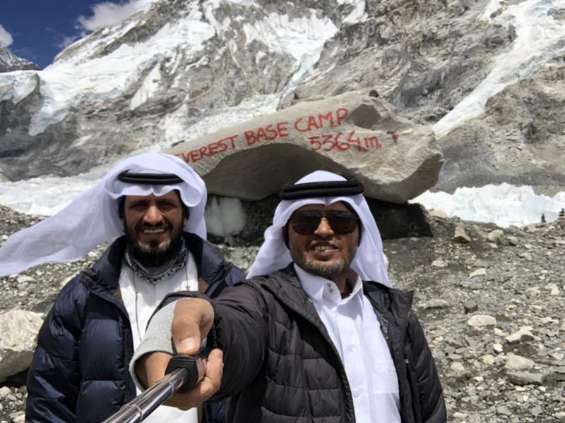 شاهد..سعوديان يتسلقان قمة إيفرست..ويلتقطان الصور التذكارية بالزي السعودي