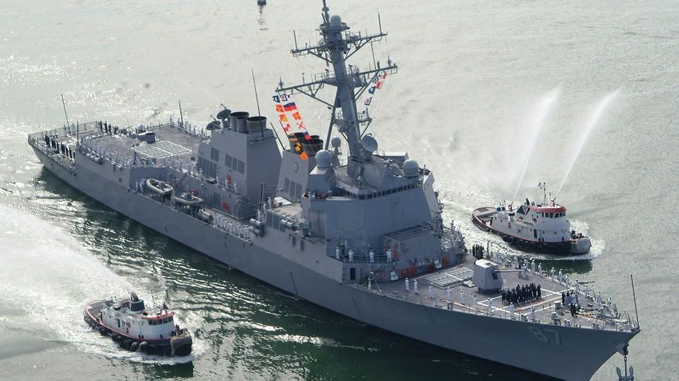 مدمرة أمريكية تتجه لمكان استهداف ناقلتي النفط في خليج عمان
