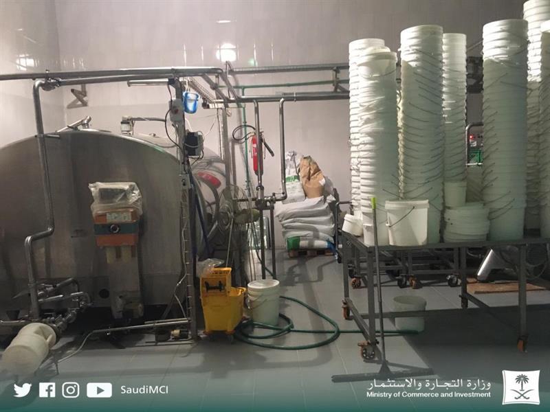 صور.. التجارة تضبط مصنعاً متكاملاً لإنتاج الألبان في إحدى المزارع بالخرج