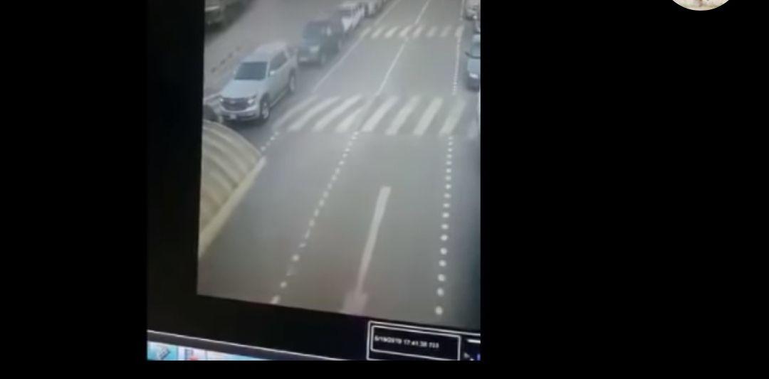 بالفيديو.. «باص بلا سائق» يصدم صف سيارات في منفذ النويصيب بالكويت