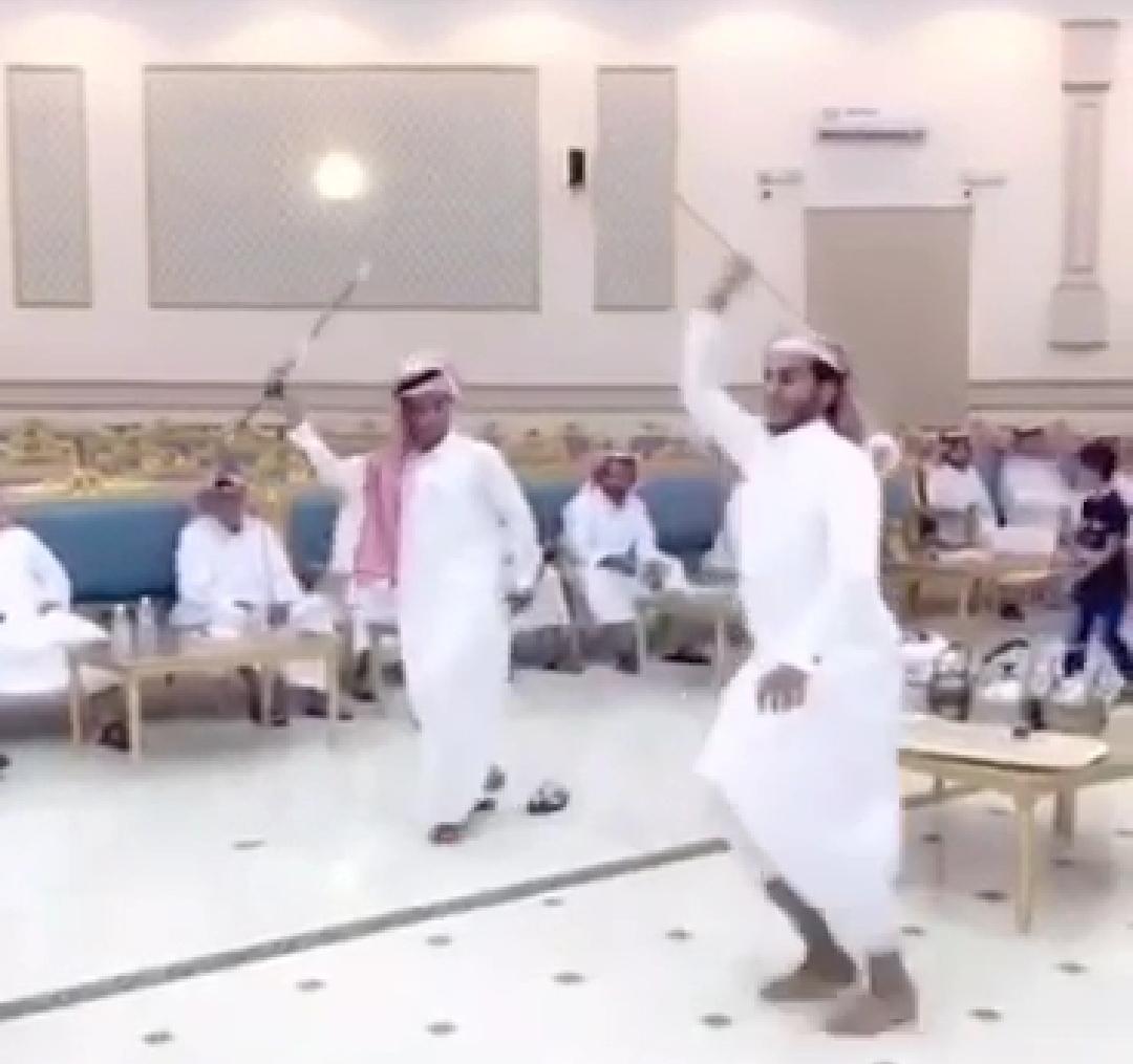 شاب يتعرض لموقف محرج أثناء الرقص بحفل زواج ..  جت سلامات