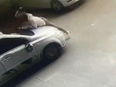 بالفيديو.. ردة فعل رجل عندما رأى زوجته في سيارة رجل آخر