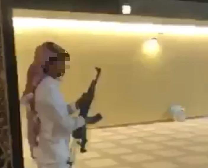 شرطة الرياض تؤكد القبض على الشاب مطلق النار أمام أحد المنازل في وادي الدواسر