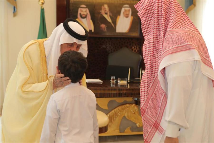 صور.. أمير مكة يستقبل مواطناً توفيت زوجته وثلاثة من أبنائه في حريق منزلهم بمكة