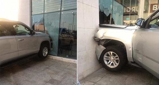 """بالصور.. اصطدام سيارة بواجهة محل """" ستاربكس """" في جدة"""