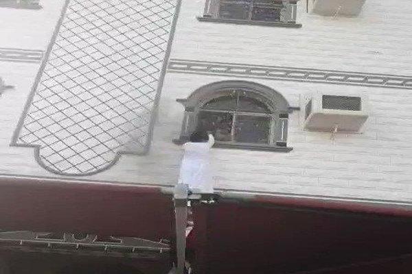 بالفيديو: موقف بطولي لشابين يتسلقان جدران منزل وينقذان 3 أطفال من حريق بمكة المكرمة