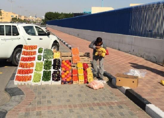 """""""أمانة الرياض"""" تحذر من شراء البضائع والخضراوات والفاكهة المعروضة على الأرصفة"""