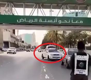 """شاهد.. المرور يرصد مخالفة """"عدم الالتزام بالمسار"""" عند مخارج الطرق الرئيسية"""