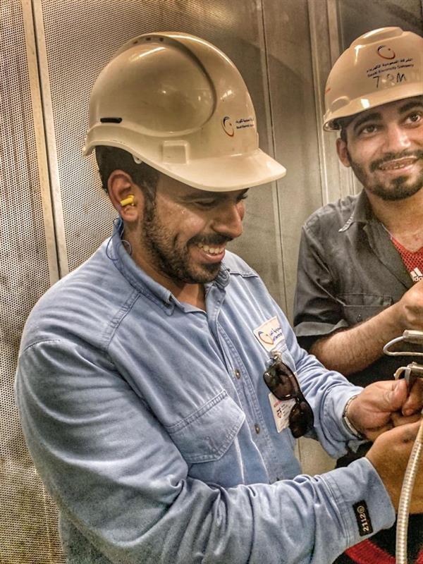 شركة الكهرباء تنشر صورة لموظفَين يعملان في محطة توليد تصل حرارتها لـ70 درجة مئوية