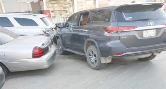 بالصور.. سيدة تصطدم بعدد من السيارات في أحد أحياء الرياض