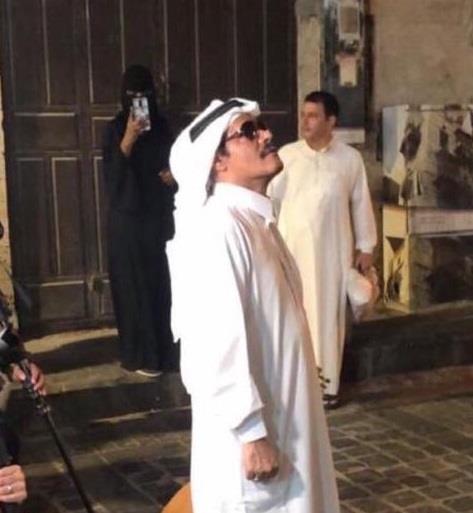 """صور.. فنان يتقمص شخصية """"طلال مداح"""" ويتجول في شوارع جدة التاريخية"""