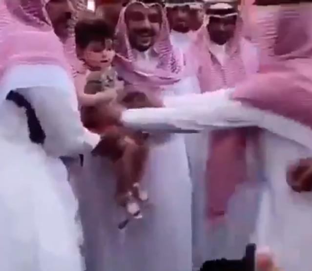أمير القصيم يستجيب لمواطنة طلبت التقاط صورة لطفلتها معه (فيديو)