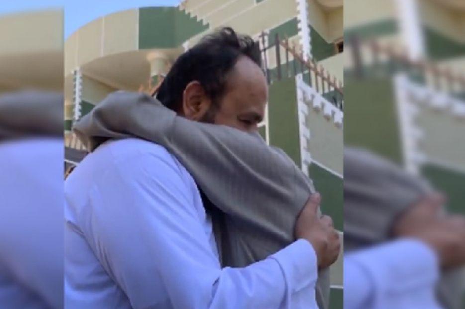 بعد فراق 20 عاماً.. معلم سعودي يفاجئ زميله المصري (فيديو)