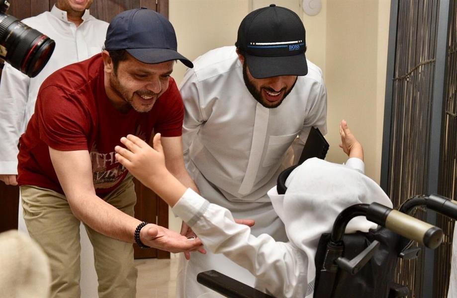 شاهد.. آل الشيخ ومحمد هنيدي يفاجئان طفلاً من ذوي الإعاقة
