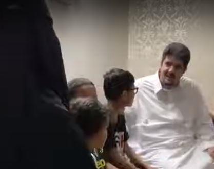 فيديو.. الأمير عبد العزيز بن فهد يزور إحدى الأسر ويسأل عن أحوالها