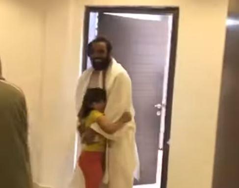 فيديو.. لحظة لقاء طفلة تائهة بوالدها في مركز رعاية الأطفال التائهين بمنى