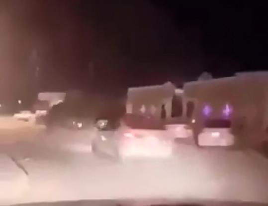 شاهد.. اصطدام سيارة بناقة في أحد الأحياء بالمملكة